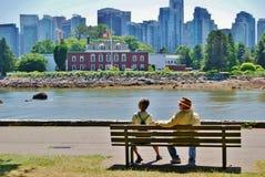 在史丹利公园防波堤的资深夫妇 免版税库存照片