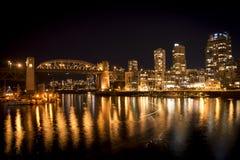 温哥华Burrard桥梁在晚上 图库摄影