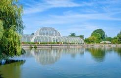 温室和温室在Kew庭院,伦敦,英国里筑成池塘, 免版税库存图片