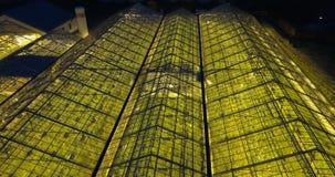 温室天线接近的视图有里面光的 飞行在有机种植的直升机夜 股票视频