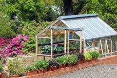 温室或温室集合在一个很好被维护的庭院里 免版税库存照片