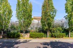 温室的玻璃液建筑反对背景的  免版税图库摄影