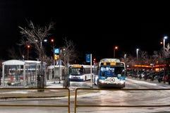 温尼培,加拿大- 2014-11-20:夜公交车站在温尼培,马尼托巴,加拿大 库存照片