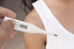 温度计使用 温度计使用和女孩 图库摄影