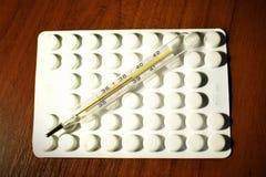 温度计和药片 库存图片