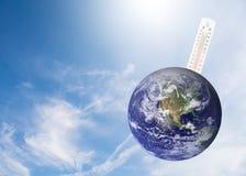 温度计检查earth& x27; 与冲击的s温度的全球性 库存照片