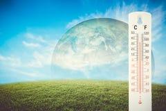 温度计检查earth& x27; 与冲击的s温度的全球性 库存图片