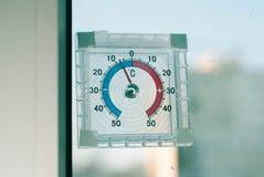 温度计窗口外,在围场的霜 库存图片