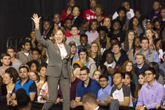 温斯顿萨兰姆, NC - 2016年10月27日:民主党美国参议员珍妮特凯Hagan,北卡罗来纳介绍希拉里・克林顿和米谢尔 库存照片
