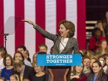 温斯顿萨兰姆, NC - 2016年10月27日:民主党美国参议员珍妮特凯Hagan,北卡罗来纳介绍希拉里・克林顿和米谢尔 图库摄影