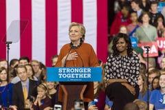 温斯顿萨兰姆, NC - 2016年10月27日:民主党总统候选人希拉里・克林顿和美国第一米歇尔・奥巴马夫人出现a 免版税库存照片