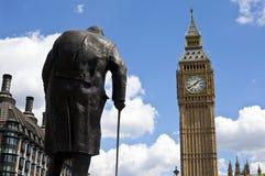 温斯顿・丘吉尔先生雕象和大本钟在伦敦 库存照片
