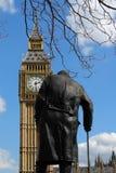 温斯顿・丘吉尔和大本钟雕象在伦敦 库存照片