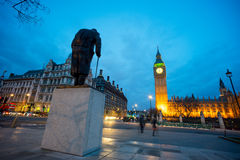 温斯顿・丘吉尔,伦敦,英国先生大本钟和雕象  库存照片
