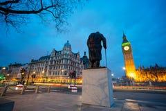 温斯顿・丘吉尔,伦敦,英国先生大本钟和雕象  免版税库存照片