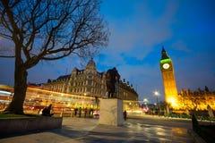 温斯顿・丘吉尔,伦敦,英国先生大本钟和雕象  图库摄影