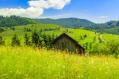 温暖与山小屋的色的风景 图库摄影