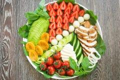 温暖与蔬菜和水果的烤鸡丁沙拉 库存图片