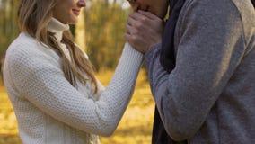 温暖他的女朋友手和轻轻地亲吻他们,浪漫大气的人 股票录像