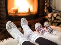 温暖和松弛近的壁炉 免版税库存照片