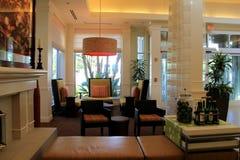温暖和邀请在休息室,希尔顿庭院旅馆, LAX的就座区域, 2015年 免版税库存照片