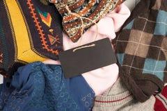 温暖在木架子的被编织的毛线衣 套有另外装饰品和牌的冬天套头衫 免版税库存照片