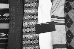 温暖在木架子的被编织的毛线衣 套有另外装饰品和牌的冬天套头衫 免版税库存图片