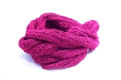 温暖在白色背景隔绝的被编织的红色围巾 图库摄影