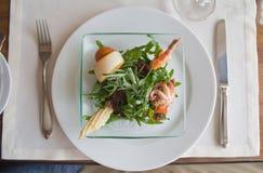 温暖地中海沙拉的海鲜 免版税库存图片
