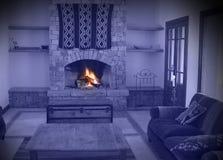 温暖壁炉的房子 免版税库存图片