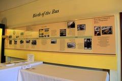 温暖有公共汽车,海滨台车博物馆,肯纳邦克波特,缅因的诞生的时间安排的黄色墙壁, 2016年 库存照片