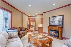 温暖有豪华婚礼地点的舒适家庭娱乐室 图库摄影