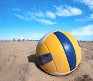 温暖沙子的排球 免版税库存照片
