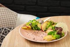 温暖混合沙拉用苹果和油煎的肝脏 免版税图库摄影