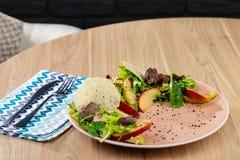 温暖混合沙拉用苹果和油煎的肝脏 图库摄影