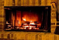 温暖灼烧的壁炉 库存图片