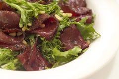 温暖牛肉的沙拉 免版税库存图片