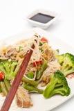 温暖的中国沙拉用玻璃纸面条 免版税库存图片