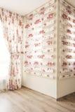 温暖的光通过纯粹白色薄纱和葡萄酒花卉帷幕,与英国兰开斯特家族族徽的窗帘在卧室 内部装饰业 免版税库存图片