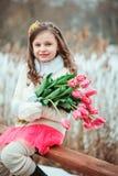 温暖的冬天森林步行的,被定调子的软性愉快的儿童女孩 库存照片