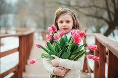 温暖的冬天森林步行的,被定调子的软性愉快的儿童女孩 库存图片