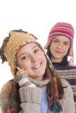 温暖的冬天衣裳的美丽的女孩发表演讲关于移动电话 免版税图库摄影