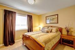 温暖的卧室内部在豪华房子里 库存照片