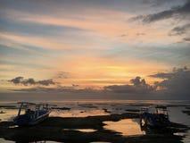 温暖的印度尼西亚日落反射 库存照片
