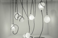 温暖的发光的电子灯,在深灰背景的光美好的单色抽象看法  库存图片