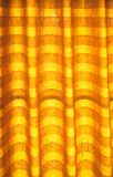 温暖的口气窗帘或帷幕和抽象自然阳光 库存图片
