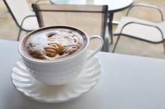 温暖的咖啡在咖啡店的 库存照片