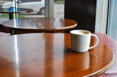 温暖的咖啡在cofee商店 免版税库存图片