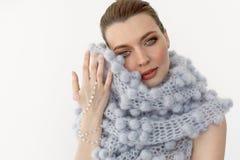 温暖的围巾的美丽的妇女 免版税库存图片
