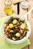 温暖的土豆沙拉用青豆和烟肉 图库摄影
